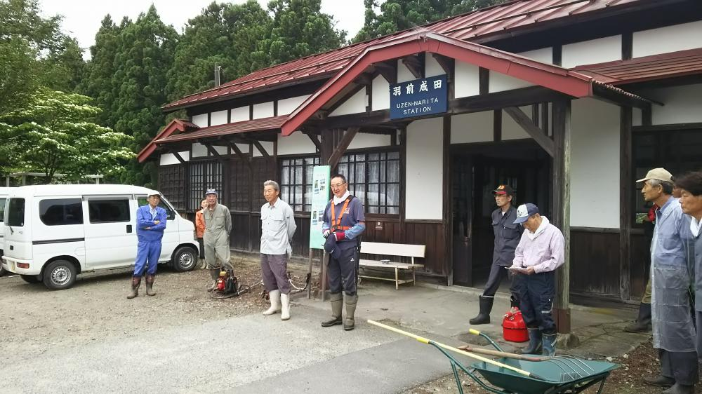 成田駅の草刈作業