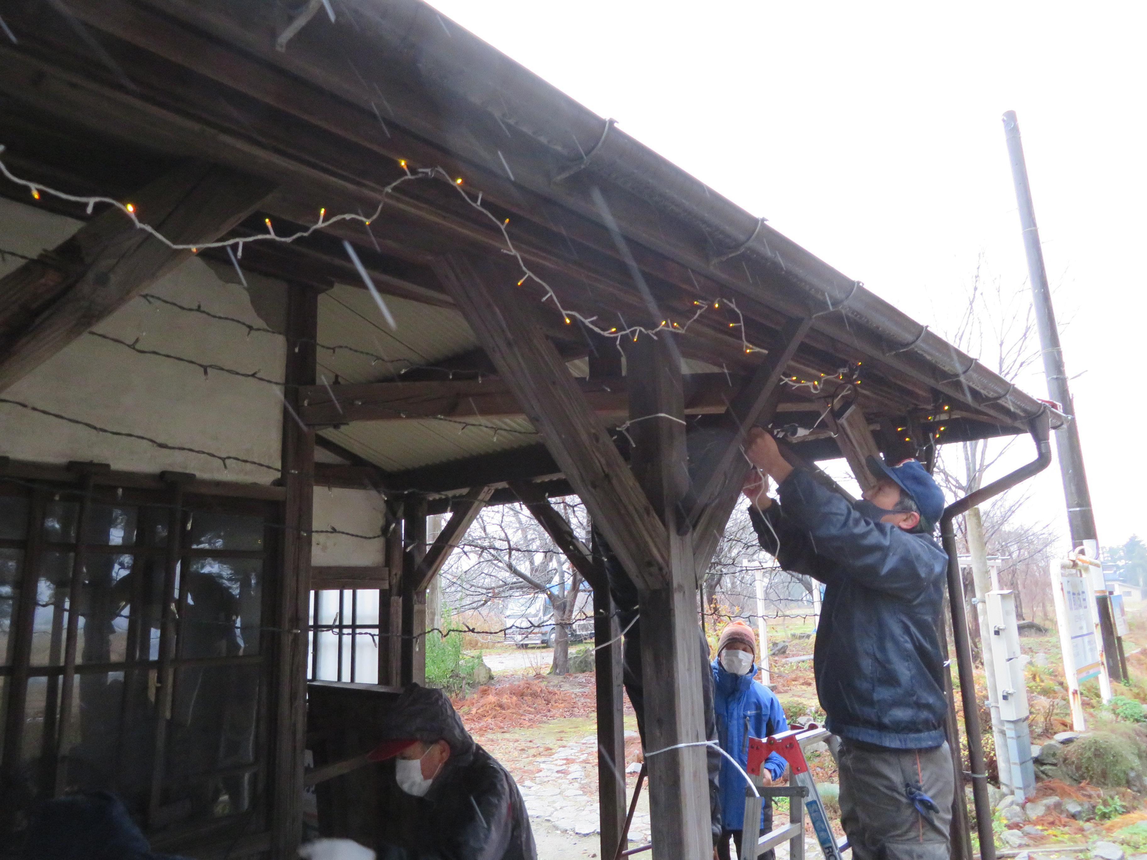 雪囲いと電飾設置作業