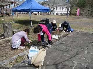 女性部寒河江みがき隊 お花見前の長岡山を清掃しました