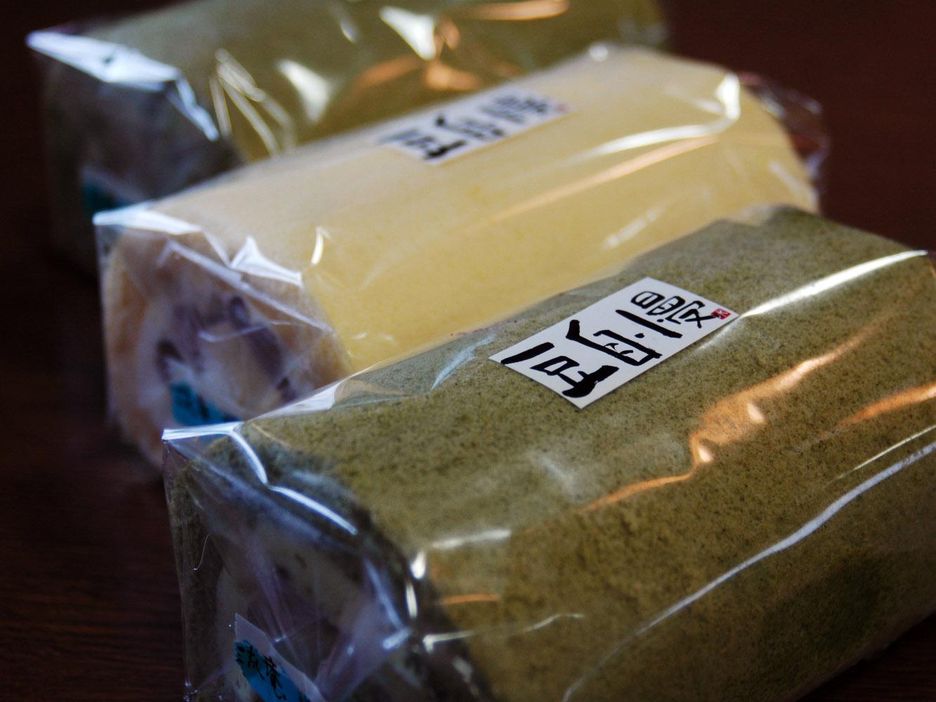 大納言入り「豆乳ロール」と秘伝豆の「抹茶ロール」:画像
