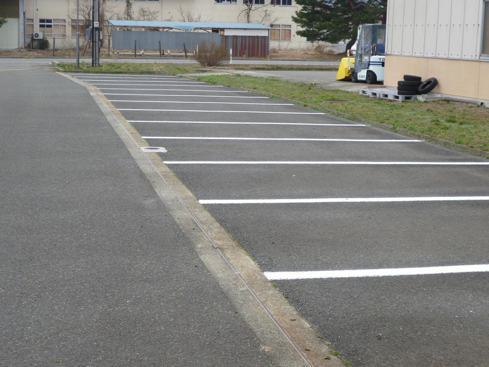 駐車場区画線を塗装していただきました