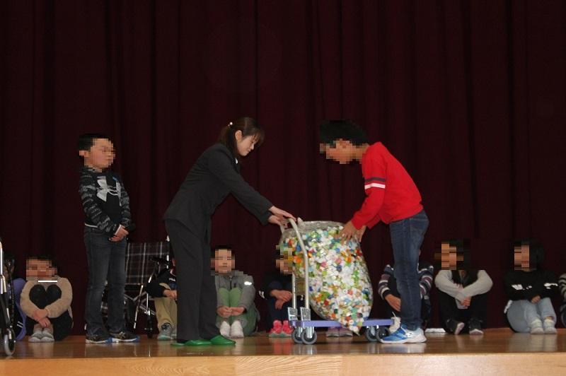 長井小学校「車椅子・ペットボトルキャップ贈呈式」:画像