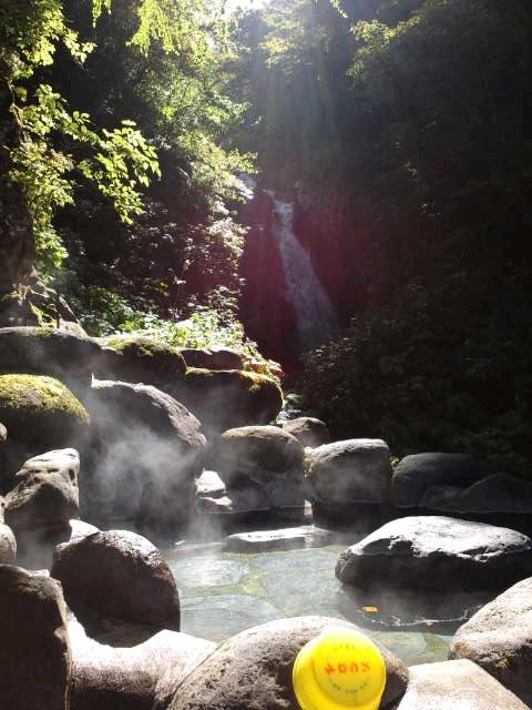 2012/05/22 09:40/奥白布名泉 源流滝を見る源泉風呂始めました。