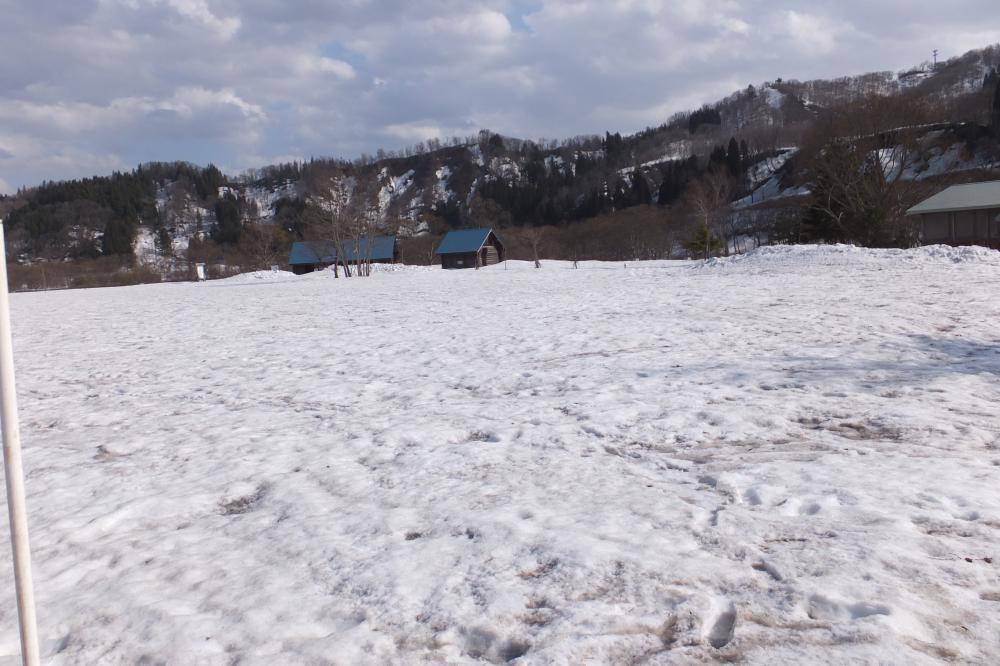 ただいま残雪65cm 。なかなかしぶといッス。