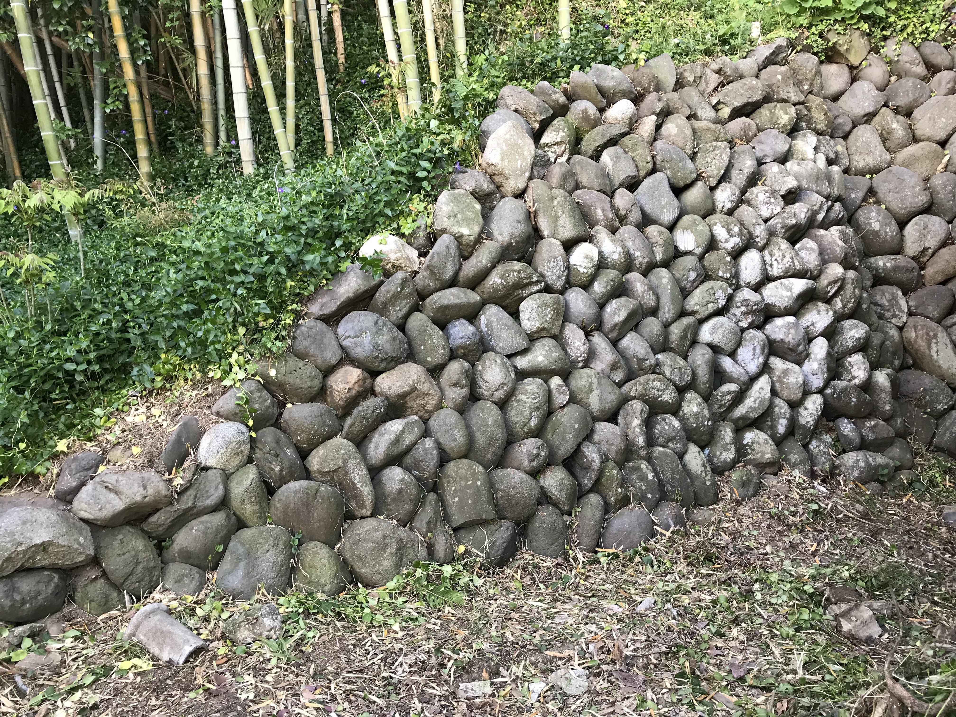 『石垣を手入れ』