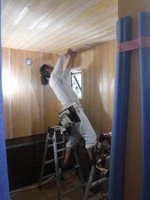 【福島市渡利・I邸/伊礼智設計室】 浴室の板張り作業:画像