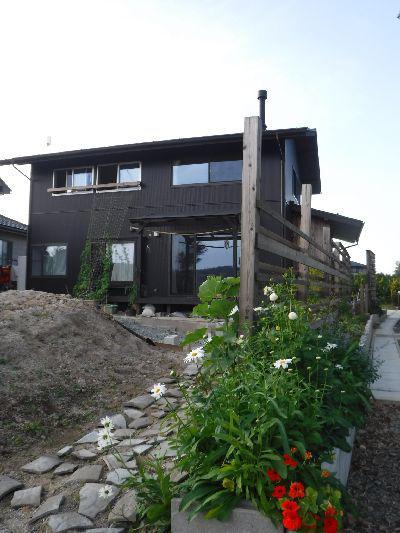 お庭を楽しむ『大槻町の隅っこの家』 バラの板塀と石畳み:画像