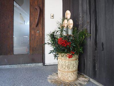 門松で迎える新年、年末年始の休業/