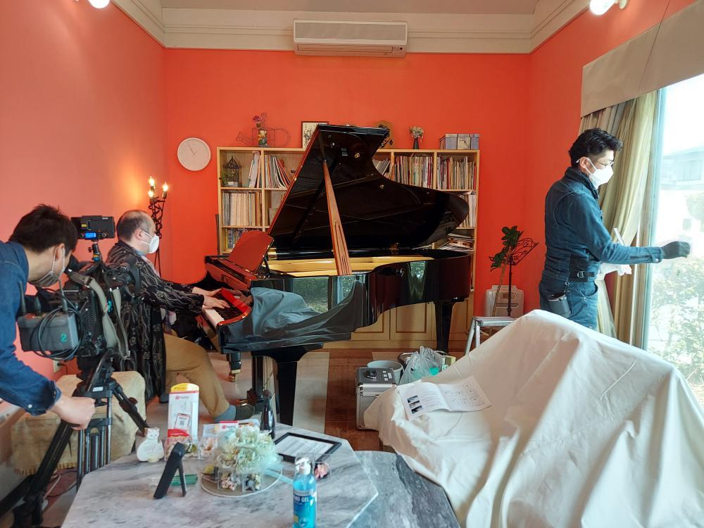 ピアノが流れる荘厳な雰囲気の中