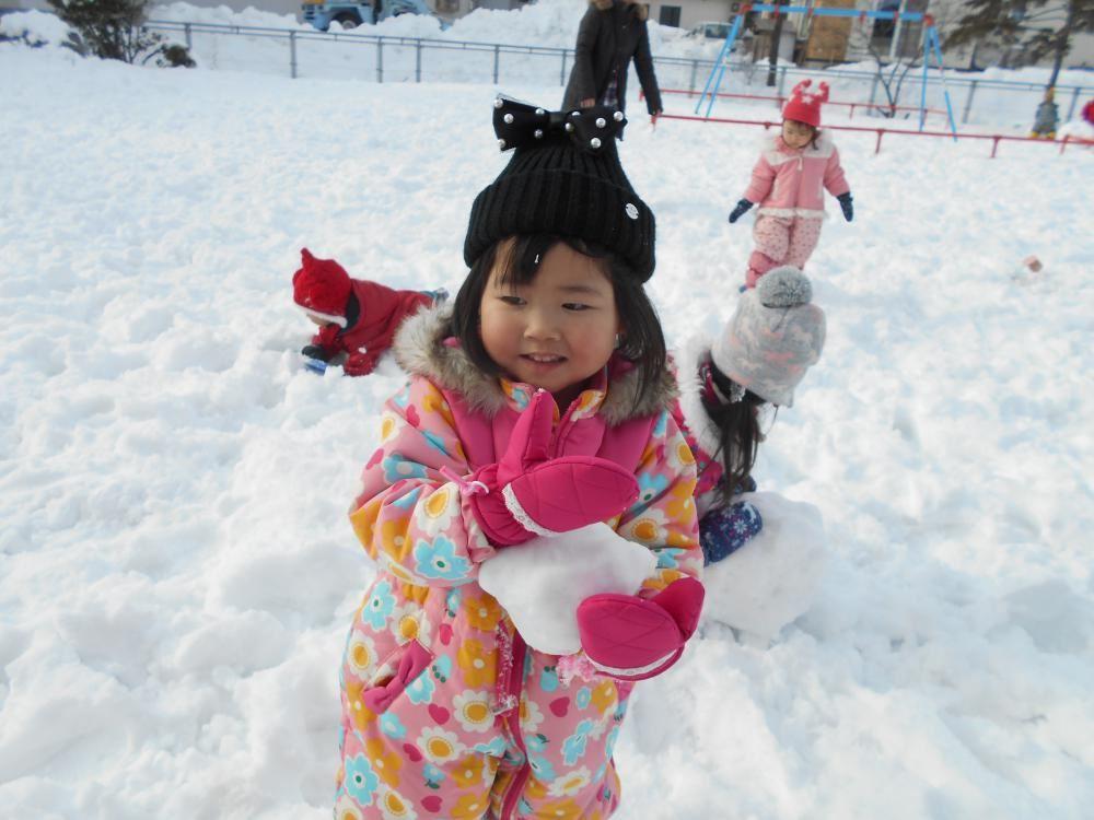初めての雪あそび♪    ももくみ(2歳児)