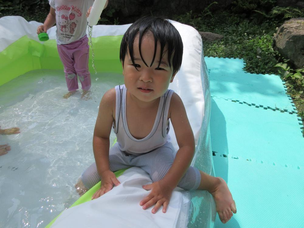 2歳児もも組:プールに入り水遊びをしました。