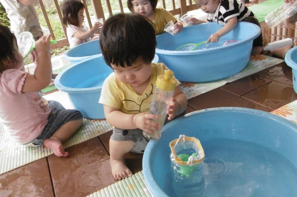 1歳児 うめ組 水あそび楽しんでます