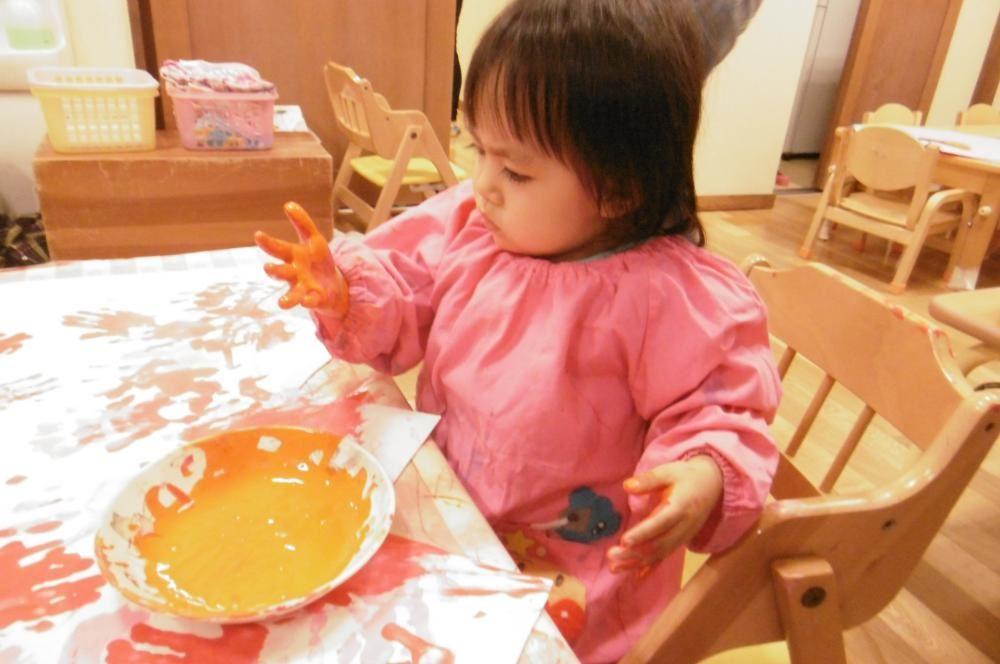 0歳児 こうめ組 初めての絵の具遊び
