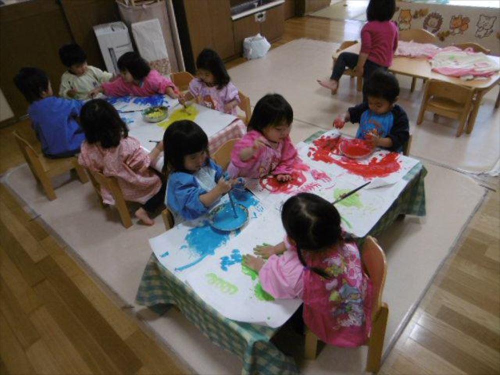 1歳児 うめ組 絵具あそびをしました