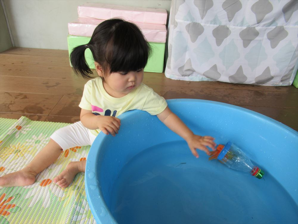8月  0,1,2歳児水あそびの様子