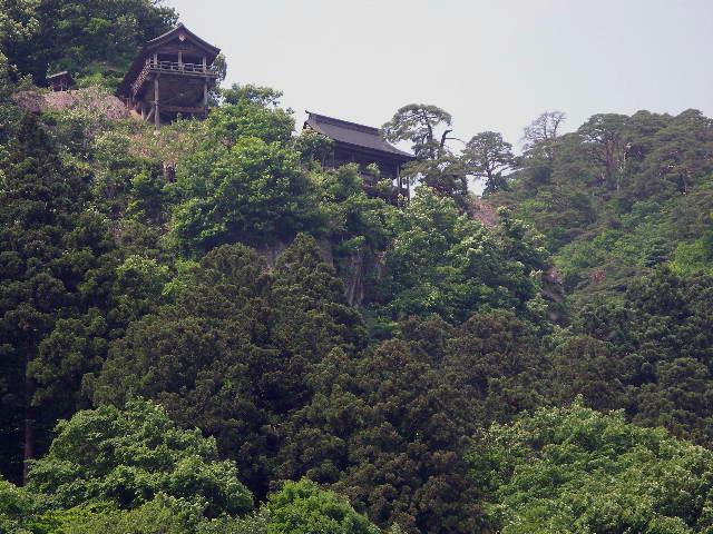 「静けさや岩に染み入る蝉の声」という俳句を詠んだ山寺。