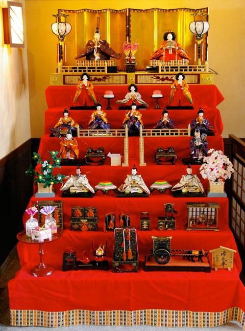 七段飾りのひな人形