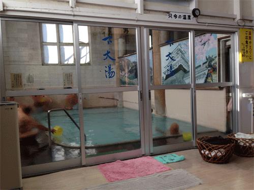 明るく広々とした内風呂です。/