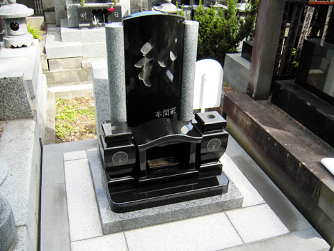 2010/03/22 10:32/正面の文字を手彫りで仕上げた墓石施行例01
