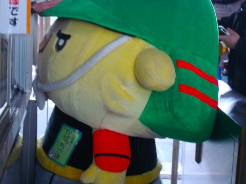 米沢駅で「ゆるキャラ」が御出迎え/