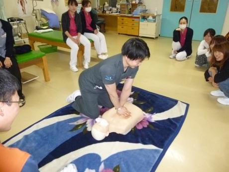 院内研修会開催(心肺蘇生法とAED使用方法について):画像