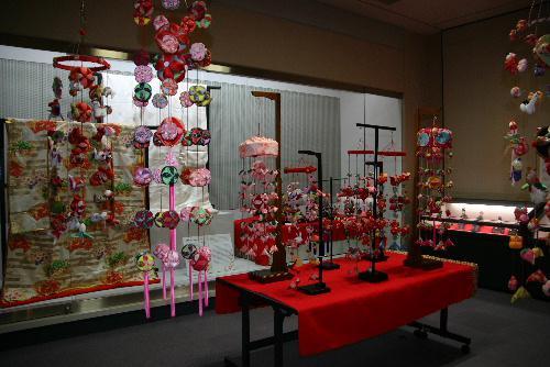 雛人形展が1月14日付山形新聞のトップを飾る 「ふるさとのひなまつり」点描