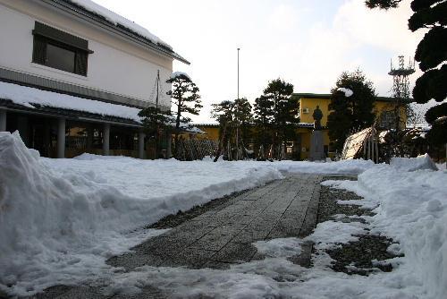 「雪が少な~い。雪灯籠が造れない」 どこからか悲鳴が