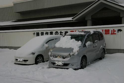 夜間駐車はやめて~。除雪ができない