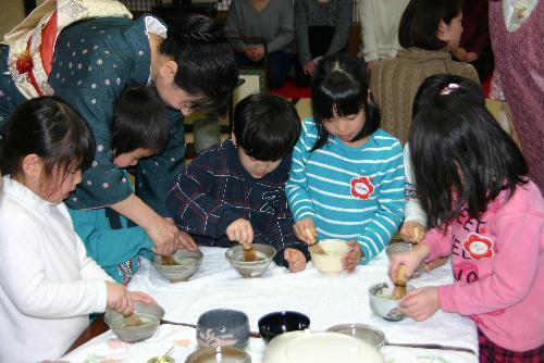 お母さんを招いてお茶のおもてなし 赤湯幼稚園茶道教室