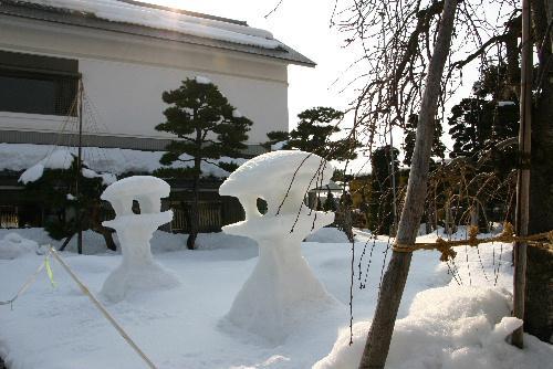 東京では春一番が 記念館の庭の雪灯籠もくずれそう
