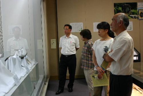 今年度第1回結城豊太郎先生遺徳顕彰活動推進員会議を開催 刀剣を熱心に鑑賞