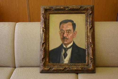 「結城豊太郎先生の木像と肖像画」が木村権四郎氏の子孫から寄贈