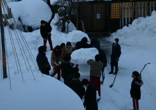 いよいよ明日が冬まつり 赤中生が雪灯籠2基を完成/