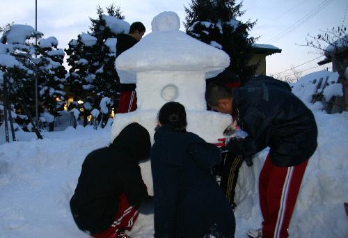 いよいよ明日が冬まつり 赤中生が雪灯籠2基を完成