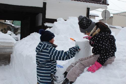 冬まつりを迎えるために小学生がスノウランタンづくり/