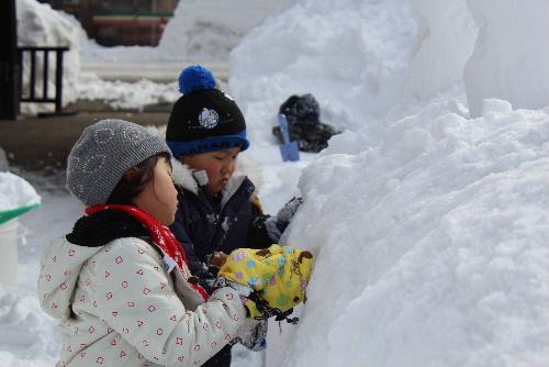 冬まつりを迎えるために小学生がスノウランタンづくり