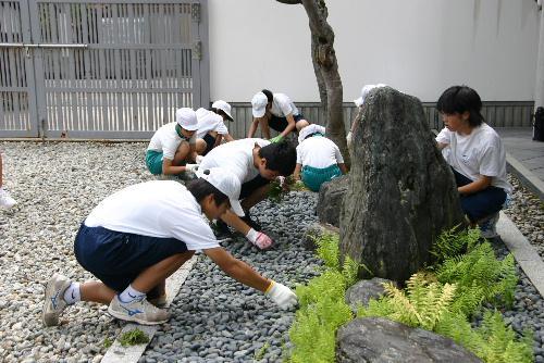 赤湯小中学校の児童生徒が記念館の庭の除草