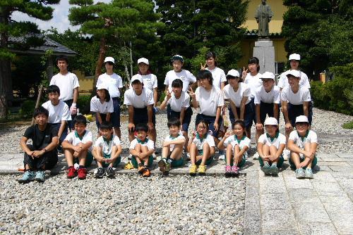 赤湯小中学校の児童生徒が記念館の庭の除草/