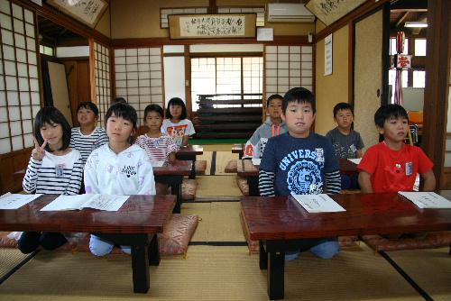 漆山小学校2年生10名のかかわいい児童たちが来館 論語の素読の体験/