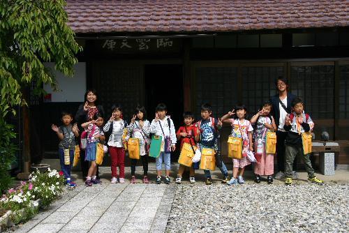 漆山小学校2年生10名のかかわいい児童たちが来館 論語の素読の体験