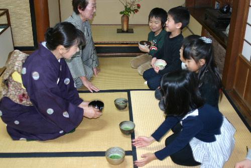 今日は初釜 赤湯幼稚園のお茶教室を臨雲文庫で開催