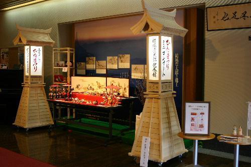 ひな人形展を彩る見事な手づくり2基の灯篭