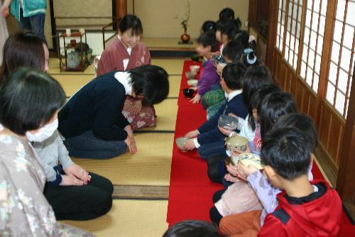 赤湯幼稚園最後のお茶会 最後はお父さんお母さんのお手前で 会場は臨雲文庫