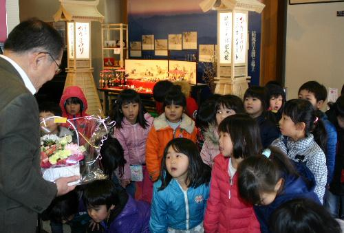 赤湯幼稚園の皆さんからきれいな花束が届く