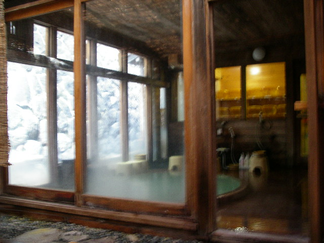 源泉露天風呂から望む玉子風呂