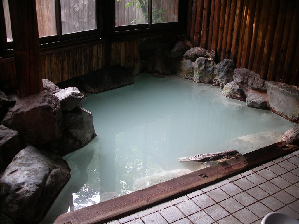 硫黄たっぷり天然岩風呂です!